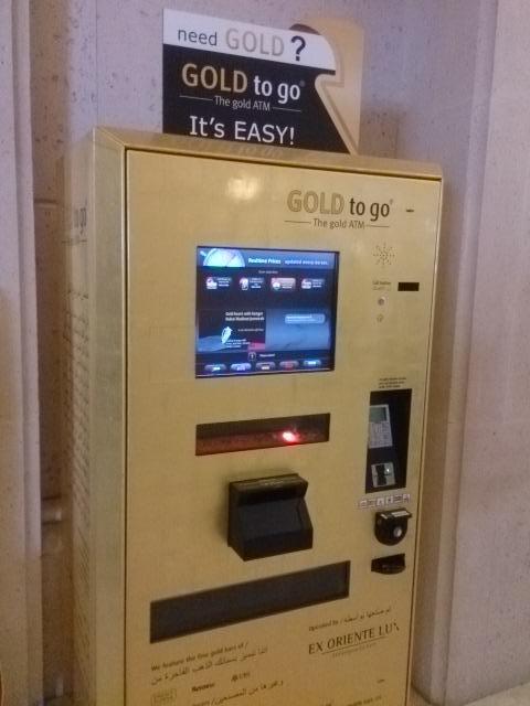 ドバイ名物(?)、金(ゴールド)の自販機。5gから買えます。時価なので、1分ごとに値段が変わります。 pic.twitter.com/52xUAUXAhE