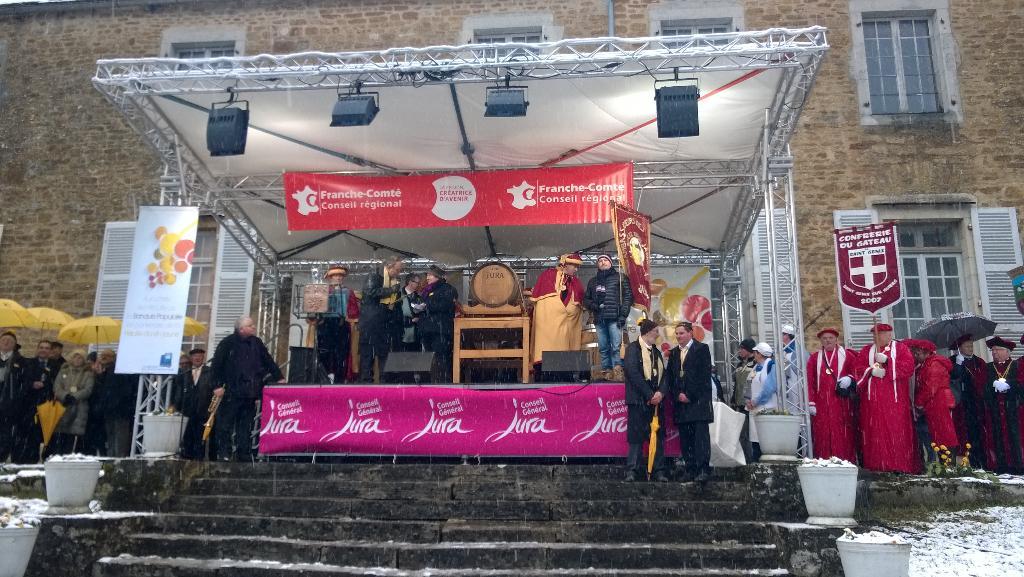 La cérémonie de la #pvj2015 de #Montigny débute avec l'intronisation de Valérie Tissot #percée #Jura http://t.co/gdFKHVc512