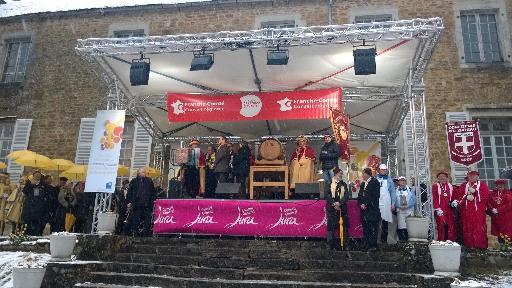 Le parrain Franck Ferrand est intronisé lors de la cérémonie de la #percée #pvj2015 #Montigny #Jura http://t.co/kRHAZJ7KUq