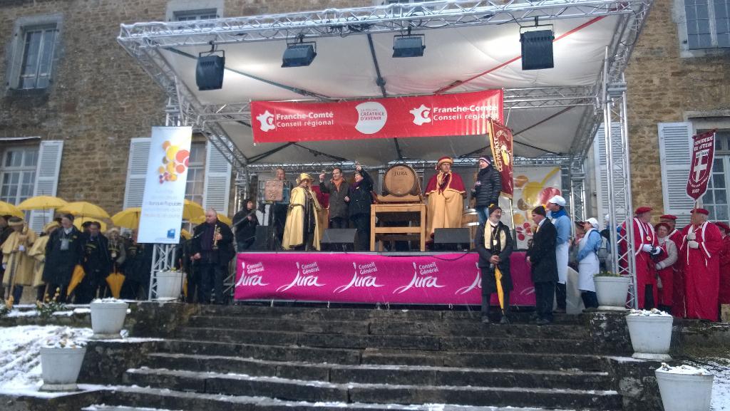 Valérie Tissot er Franck Ferrand faits Ambassadeurs du vin jaune #pvj2015 http://t.co/FiWc5CuKQv