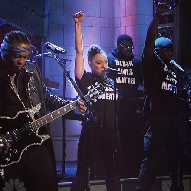 """RT @sonsandbros: D'Angelo's band wore """"Black Lives Matter"""" + """"I Can't Breathe"""" shirts on Saturday Night Live. #Solidarity http://t.co/ohNqL…"""