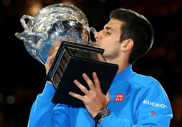 Djokovic bacia la coppa a Melbourne