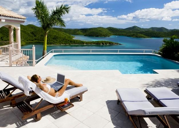 Working on holiday - the latest travel trend? We REALLY hope not. http://t.co/DGLSJIw8FN http://t.co/UrbDokpK81