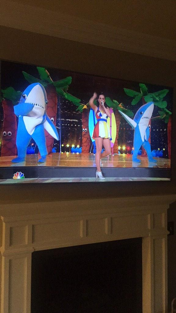 Lil appearance by @DirtShark on the #superbowl halftime show with @katyperry http://t.co/Mcjssuakz3
