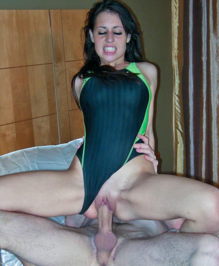 Онлайн порно с девушкой в зеленом платье, анальный с брызгами