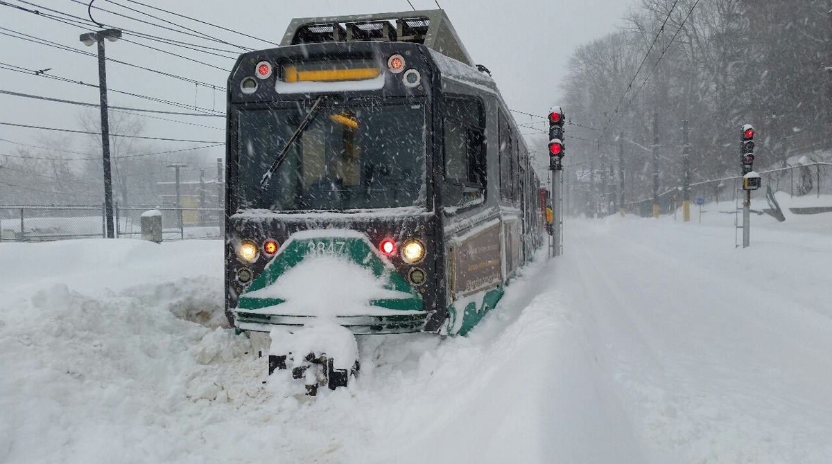 #MBTA Snow trains continue to push through the blizzard to clear tracks of snow & ice #MAsnow http://t.co/mJpLUM07kU