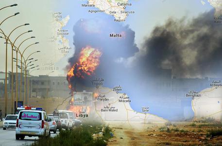 Mentre gli italiani lasciano Tripoli viene minacciata una motovedetta italiana