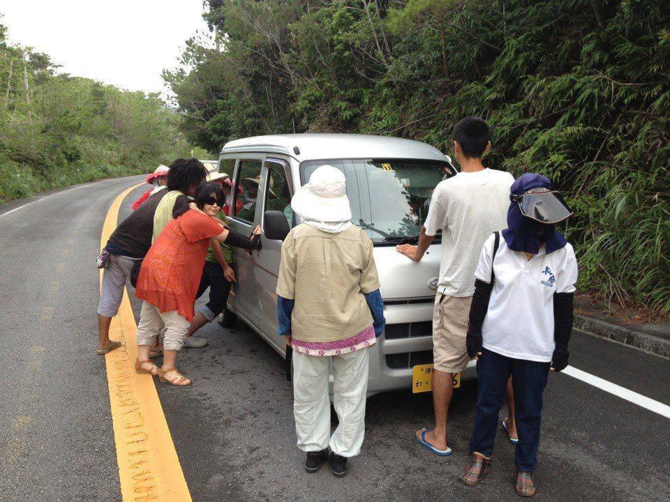 """『平和』という名目なら何でもOKの愚かな左翼達。""""@arigatou45671: 【沖縄のヘイワ運動の姿】  基地に入ろうとする車両の前に立ちはだかり  こうして取り囲んで、プラカードを押し付け  罵声を浴びせ続けています。  車に http://t.co/VZwB6zOWbd"""""""