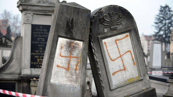 cc @simon_schama RT @reportedly @FRANCE24: 100s of tombs defaced in Jewish cemetery in France http://t.co/ptExzvboqp http://t.co/rqRfleQa7x