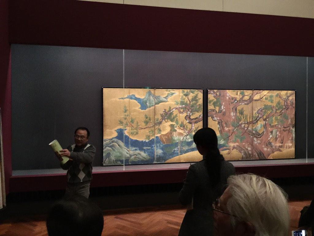 続いて東京国立博物館本館2室では明日から永徳の国宝檜図屏風が平成の大修理を終えて公開に。なんと8曲1隻だったものが4曲1双になってます!それに色が鮮やか (*'▽'*)3月15日まで http://t.co/HkhWVCm6k5
