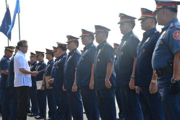 Dilg sec  mar roxas awards ncr anti-criminality campaign ribbons to
