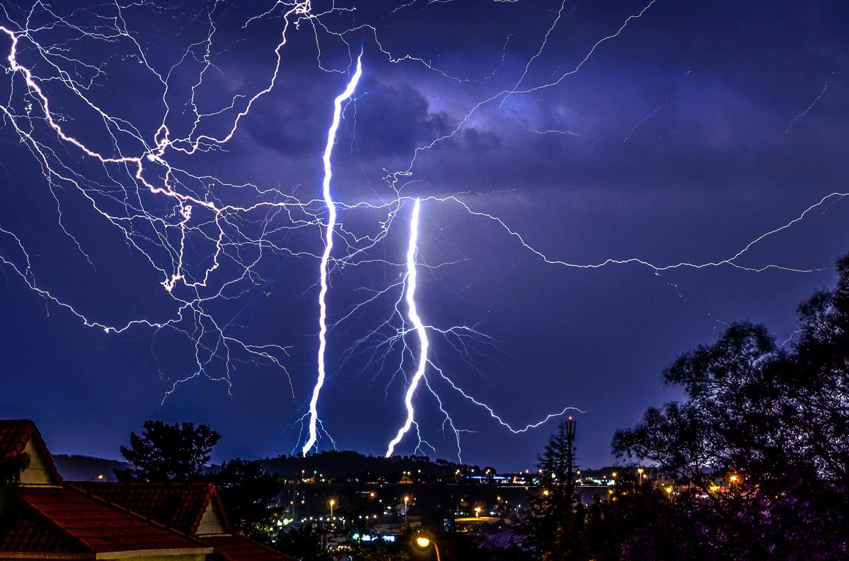 magnificent: 11 Dramatic Images Of Lightning Over #Johannesburg, South Africa, thks @HughRon http://t.co/DBmgem6xXZ http://t.co/um2yNzpmZy