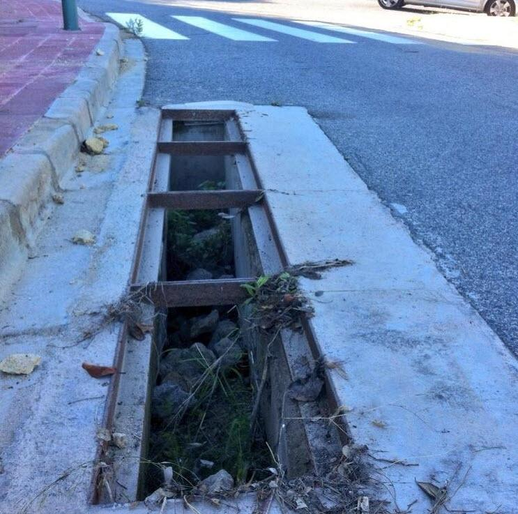 Falten les reixes de desaigüament d'un carrer de La Mora amb greu perill per persones i vehicles, especialment de nit.