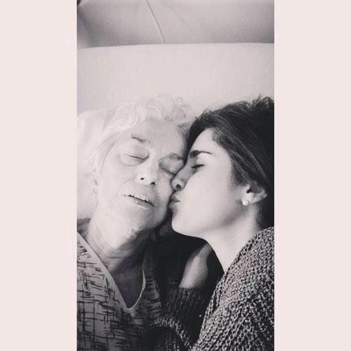 A vó da Lauren, do 5H, infelizmente faleceu. Que a força esteja com a família e que ela descanse em paz #RIPAngelica http://t.co/btXI950wkh