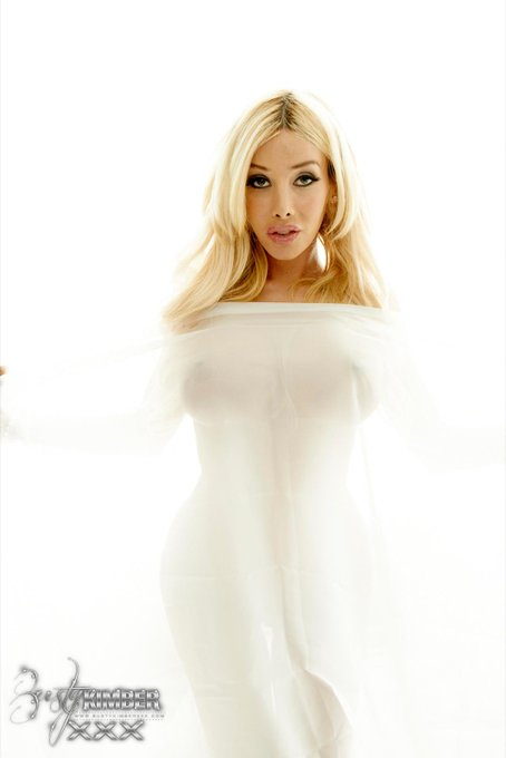 Take a look at this new photo set just released on http://t.co/VI86vHkhl4 #blonde #busty http://t.co