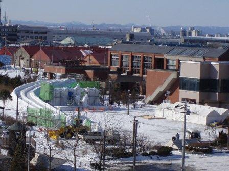 今日の制作作業の様子です。 くしろ冬まつり会場も完成に近づいていますね。 釧路フィッシャーマンズワーフMOO「巨大氷迷路」も楽しみですね。 http://t.co/NY8Ea5BBem