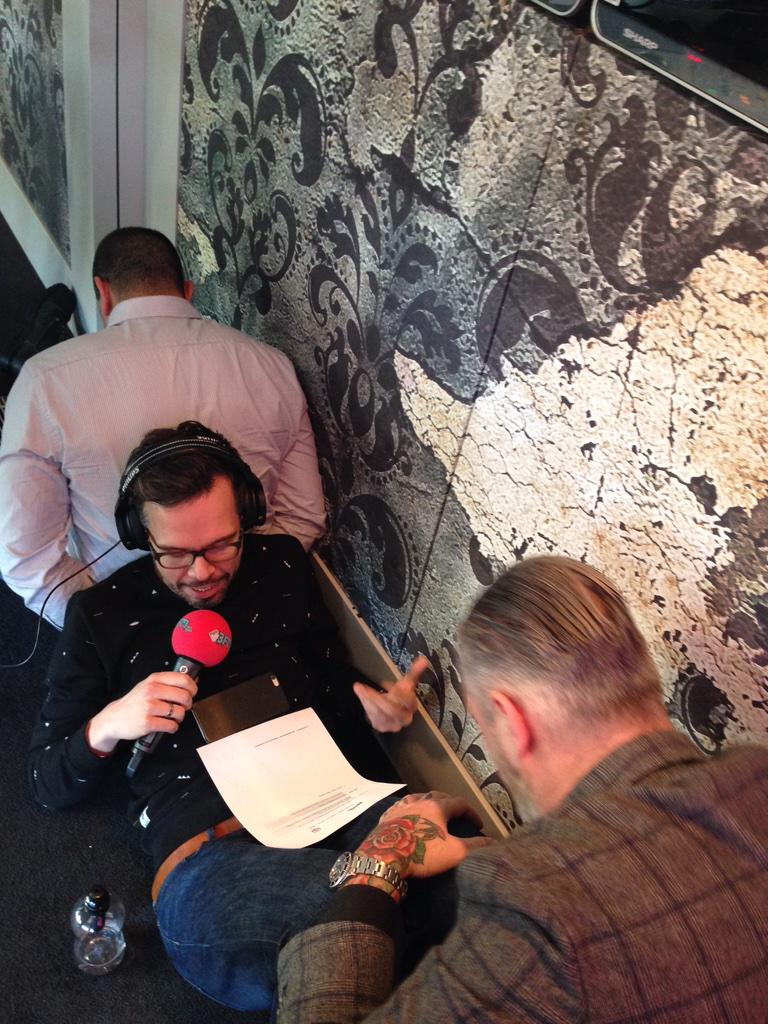 Michiel Veenstra breekt been tijdens uitzending!