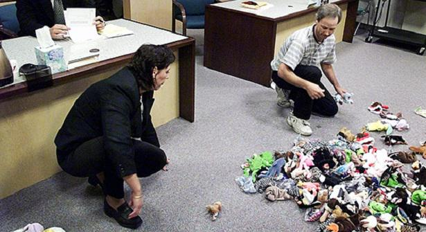 This 1999 Photo of a Divorcing Couple Dividing Their Beanie Babies in Court is So 90s, So Sad http://t.co/oQ8x4zf47e http://t.co/aAfo6j38Up
