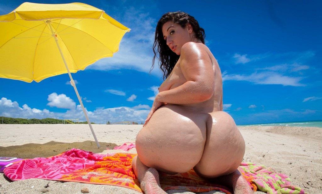 Смотреть фото женщины с большими задницами на пляже груди девушек