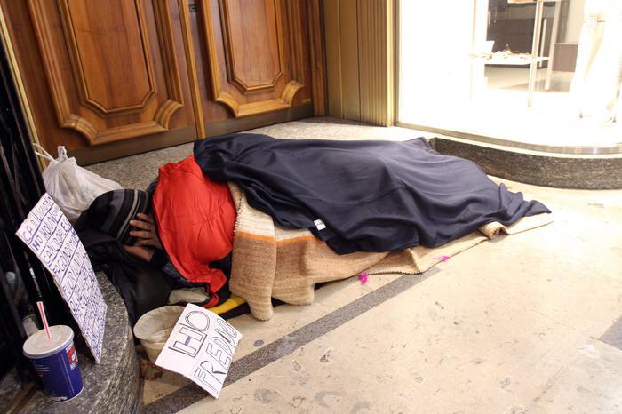 Genova: Clochard ruba per fame 4 euro di formaggio, condannato in appello a 6 mesi