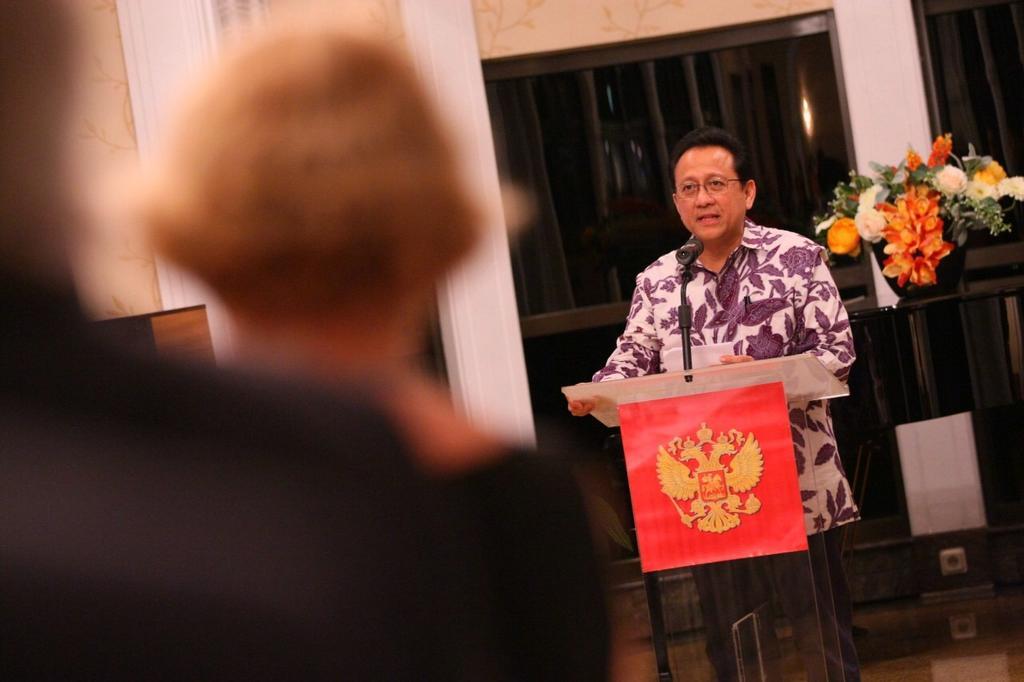 Ketua DPD RI memberikan Kata Sambutan dlm Perayaan 65thn Hub Diplomatik Indonesia-Rusia di Kediaman Dubes Rusia (6/2) http://t.co/lOD4DZmOG3