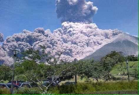 Esta es la foto real del volcán de fuego muchades RT para darnos a conocer. http://t.co/kWhc6LO9BS