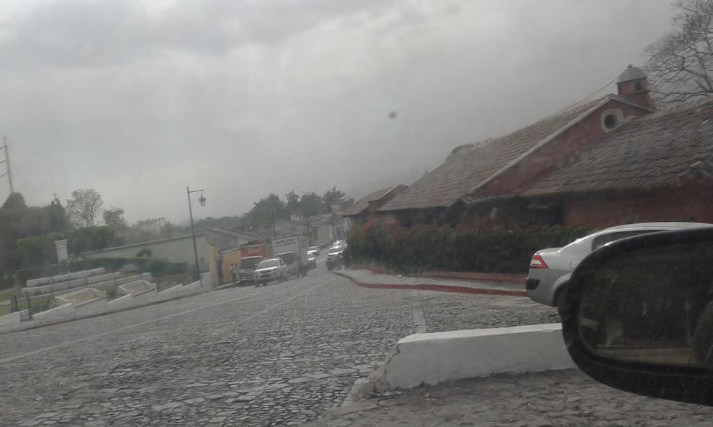 Foto Antigua Guatemala colpita dalla nuvola di fumo e cenere del vulcano