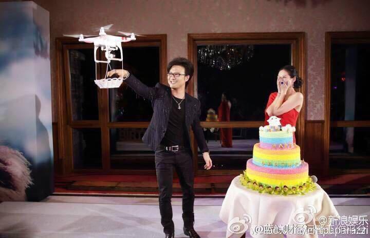 杀马特的装扮 + 艳丽的蛋糕 + 故作惊喜的假脸,配上一架过了时的 DJI 灰机,一幅《过气明星的挣扎》摄影作品,就这样完美的呈现在了眼前。 http://t.co/jjB13FQeQ6