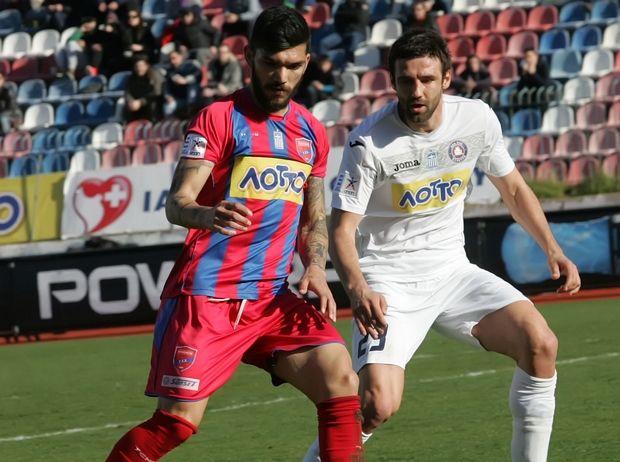 Dimitrovski defends during the game