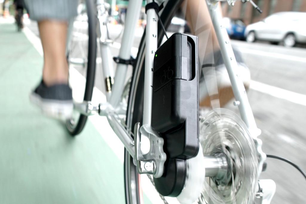 自転車で遠くに出かけようとするとき、スマートフォンのバッテリーで困ってはいませんか? 後輪部分に取付け走行すれば発電できるUSB充電器「ATOM」、間もなく登場します!cyclist.sanspo.com/169420 pic.twitter.com/qq6nCYK5at