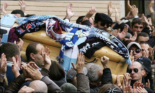 نوفمبر 2007 - مقتل جابريلي ساندري مشجع لاتسيو قبل لقاء فريقه مع انتر. المباراة لم تلعب، وحمل اللاعبون نعشه لاحقا http://t.co/g1F6piu6Kd