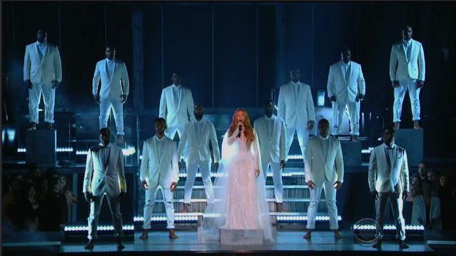 Beyoncé descends from heavenpic.twitter.com/IlFOgIKjMN