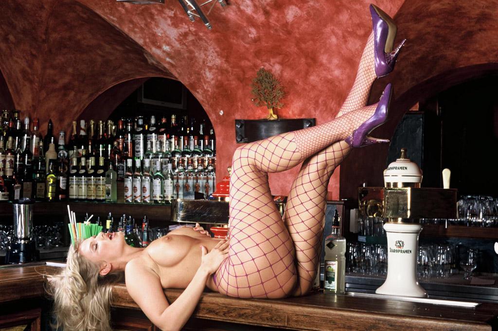Парень лижет зад девушке у барной стойки видео, засадил в красивую попку видео