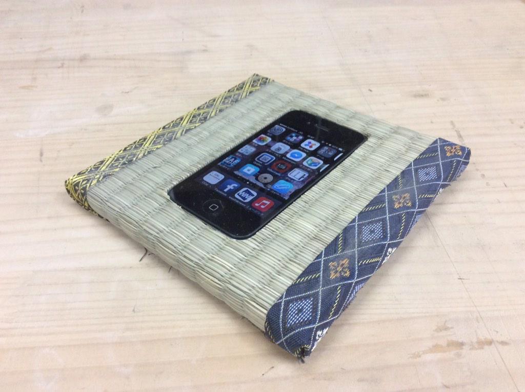 畳にiPhoneを埋め込んでみたらiPhoneのステッカーが畳に貼ってあるように見える。これは脳のイタズラだ http://t.co/C2YUnJylwU
