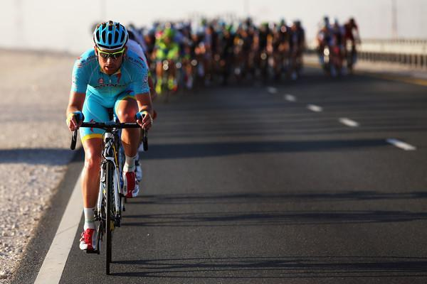 Riders make their way down the highway on S1,  Dukhan -Sealine Beach .. @AstanaTeam @tourofqatar_ (Bryn Lennon/Getty) http://t.co/p7JznMRr9z