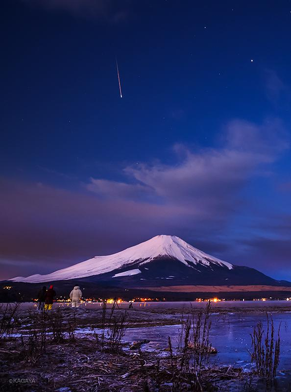 先月撮れた流星です。珍しい写り方の流星で、最後に明るく光って消えました。遠くに白い防寒服を着たわたし自身が写っています。カメラは三脚で撮りっぱなし、現地にいた他のカメラマンと夜明けの空を見ながら談笑していました。 pic.twitter.com/e5IL7eiXMP