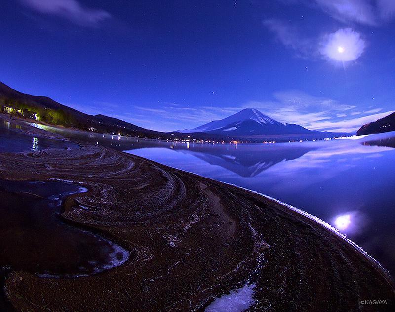 先ほどの写真と同じ夜、撮影場所は山中湖です。風が全くない日、鏡のような湖面に逆さ富士が映ります。 pic.twitter.com/ykmD9yB8Gf