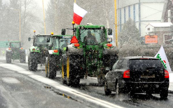 Polish #farmers block roads in protest of #landgrabs & #GMO crops. #Poland #foodsovereignty http://t.co/GcyfU68Ud1 http://t.co/BDkF2mh1Y4