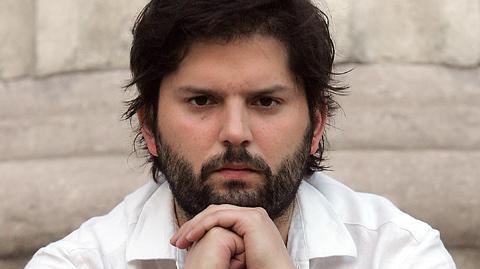 """[Política] #Boric por Sebastián #Dávalos: """"Tiene que dar un paso al costado"""". #NueraGate http://t.co/hbedBM7cG5 http://t.co/bXWvXWJ0j7"""