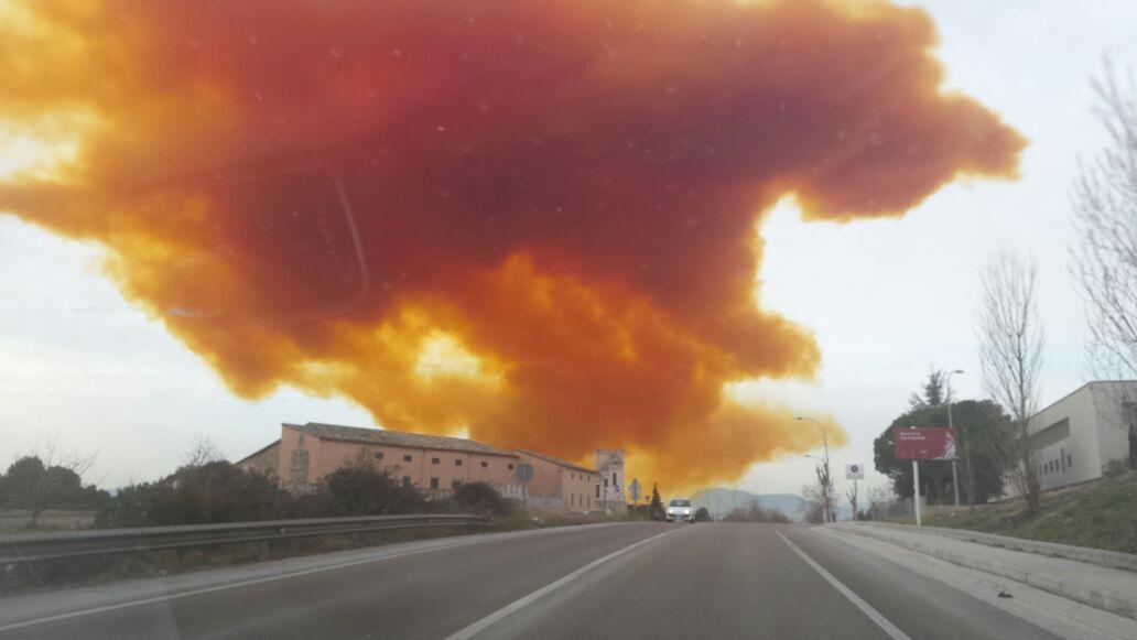 Aparatós incendi en una nau del polígon industrial Les Comes d'#Igualada http://t.co/al2J4Fq5FL http://t.co/2MKH7VoyLR