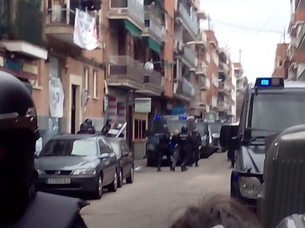¡Vergüenza! Ejecutan el desahucio de #ElviraSeQueda y la dejan en la calle con 3 niños #NoMásDesahucios http://t.co/R57tgSRRrl