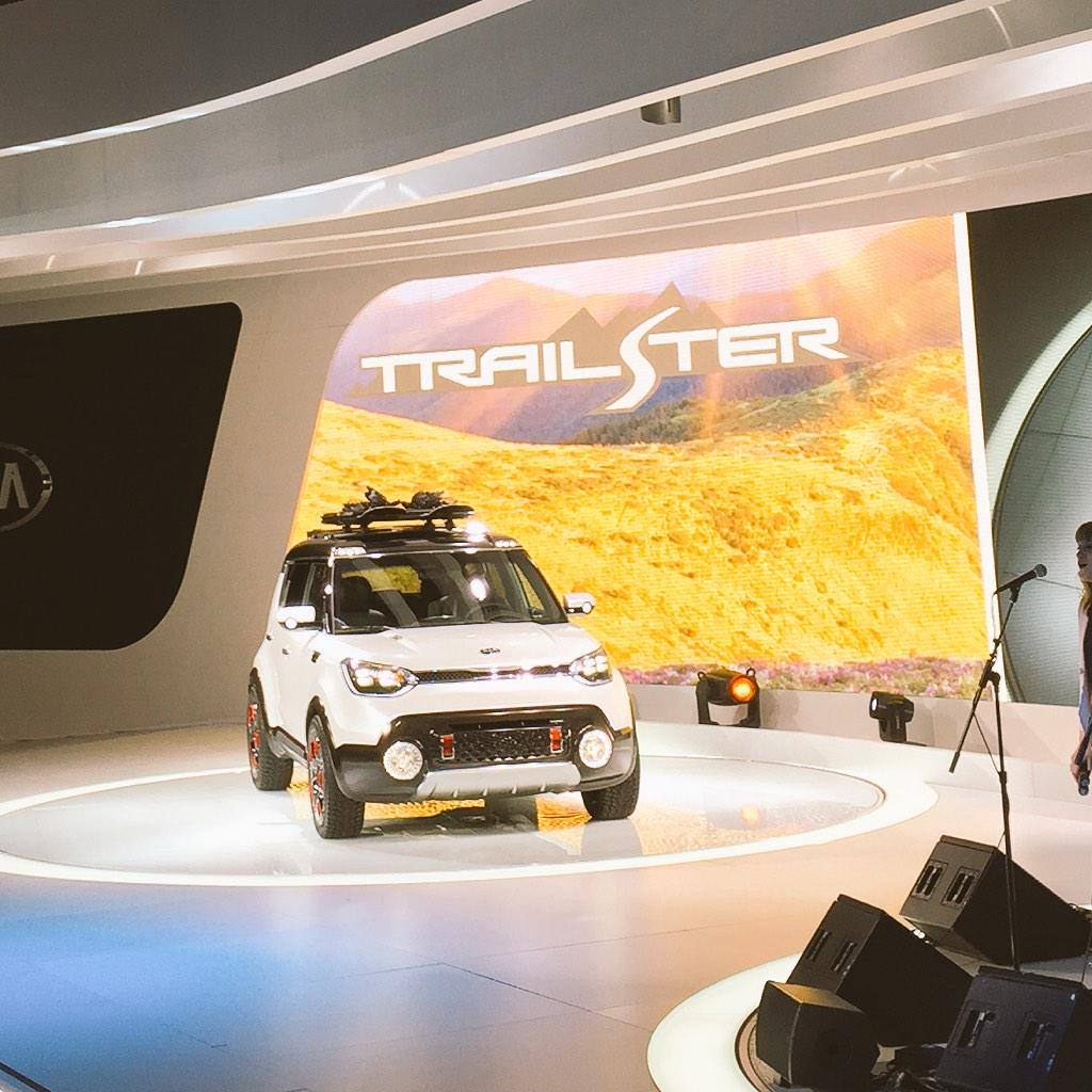 Kia Trail'Ster features AWD. Electric 35HP motor powers rear wheels. Traditional gasoline engine up front #CAS15 http://t.co/cecFkmowf6