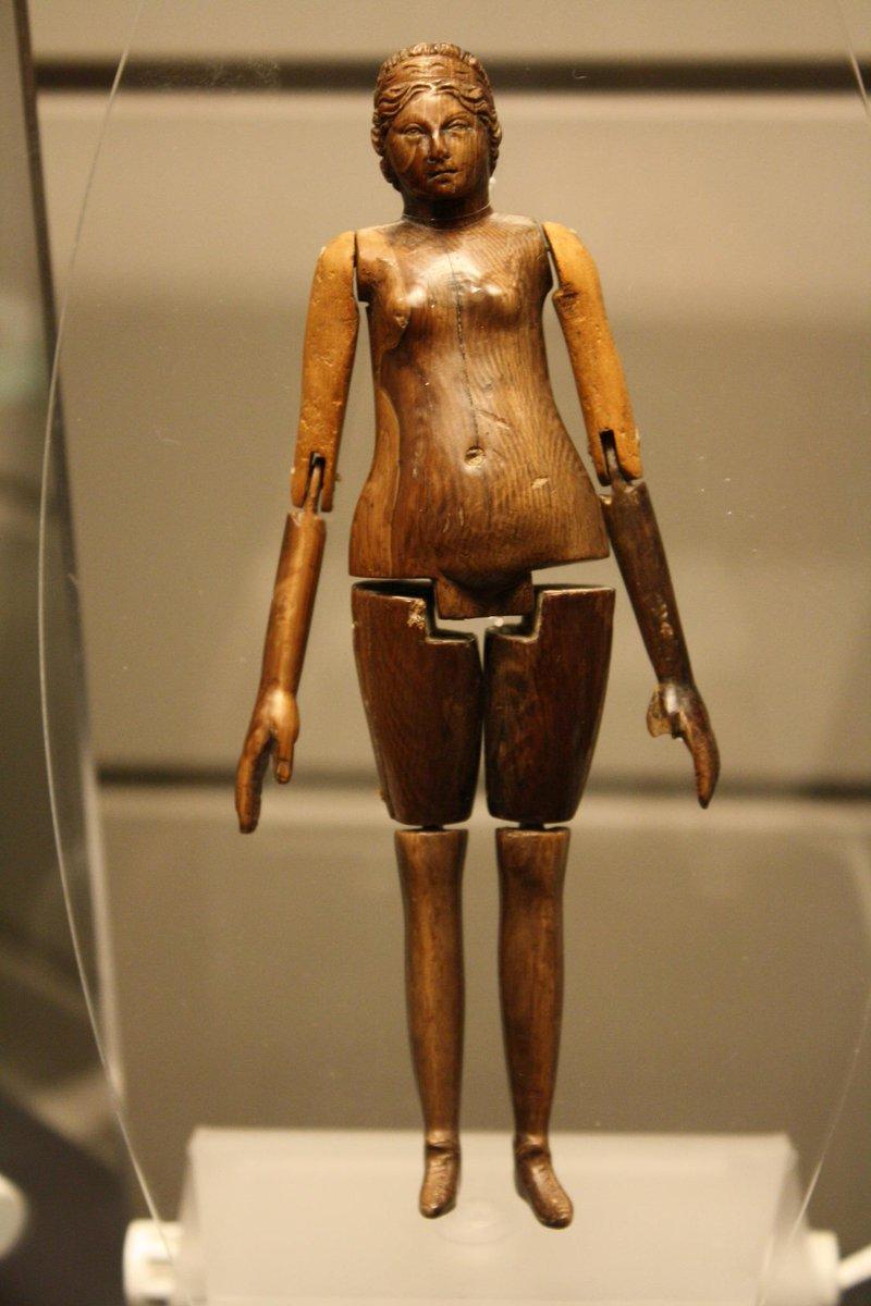 """@1059kanri: 古代ローマの、8歳の子供の墓から見つかった象牙の人形。紀元2世紀頃のもの http://t.co/0bt0EP8kDL""古代ローマですでに関節人形!!!"