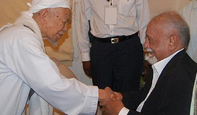 Amat sedih terima berita pemergian TG Nik Aziz. Takziah. Jasa baik TG kpd ayah saya Karpal Singh sentiasa dikenangi. http://t.co/kGJuJLsCEq