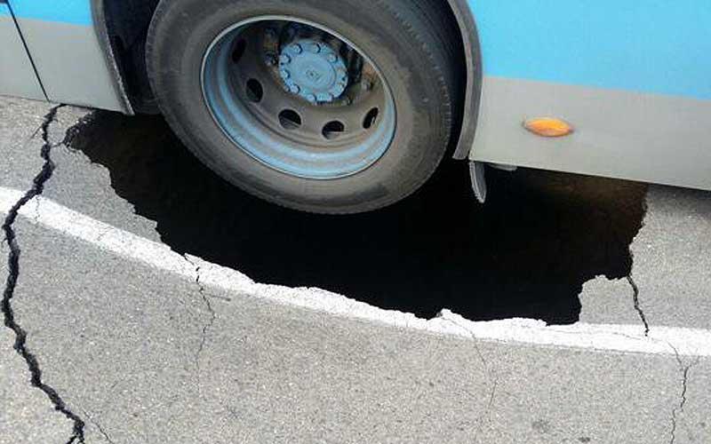 Un autobús de @EMTMadrid queda inmovilizado por atascarse con un enorme socavón en Aluche (http://t.co/IiPyzFe9Mc) http://t.co/ipqriCL0aX