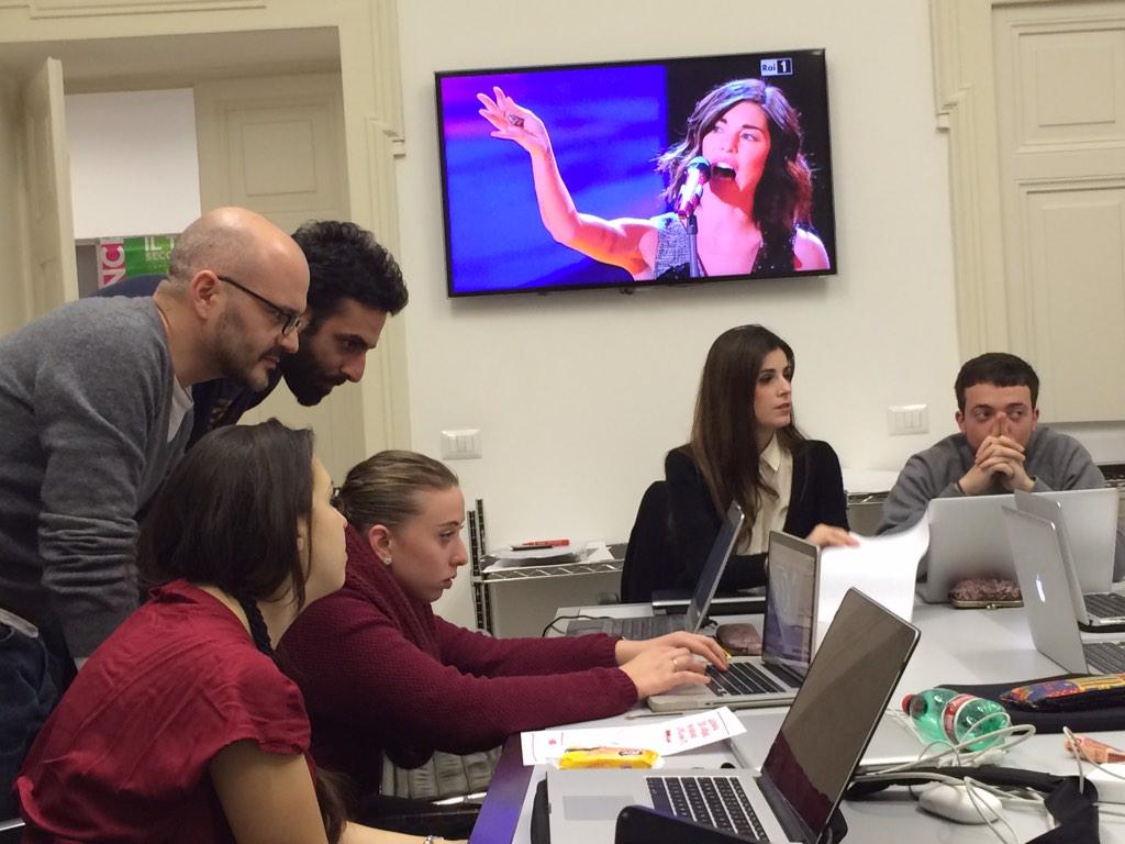E mentre quella canta noi lavoriamo sui layout. #CiaoAmoreCiao #Sanremo2015 #sanremo15 @iedroma http://t.co/BZ10EZlMll