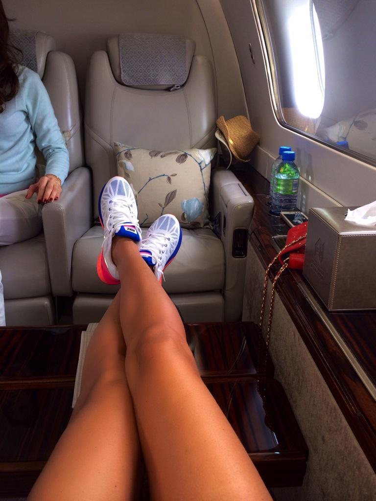 Молодежи москвы целовать женские ноги в самолете в поезде в офисе видео гурьянова фото откровенные
