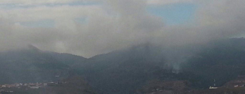 Ahora mismo. El Ejército y la Gendarmería marroquí quemando campamentos de subsaharíanos en el Gurugú http://t.co/sJkb3tEnbi