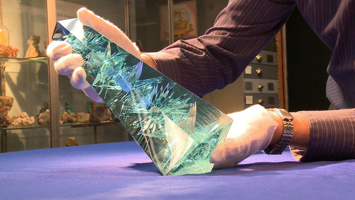 ブラジルで発見された世界最大のアクアマリン『ドム・ペドロ』、ドイツの高名な宝石カット技師、ベルンド・ムーンシュタイナーによってカットされたyoutube.com/watch?v=p0rzfg… pic.twitter.com/5w7n0G7bKp