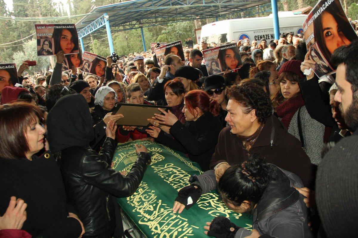 Kadınlar #ÖzgecanAslan'ın cenazesini, erkeklere bırakmadı http://t.co/Xly1bj4NCS http://t.co/SYtHZ9q4bE